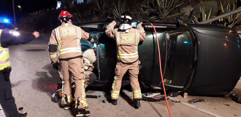 <span style='color:#780948'>ARCHIVED</span> - Firemen rescue occupant of overturned vehicle in la Manga del Mar Menor