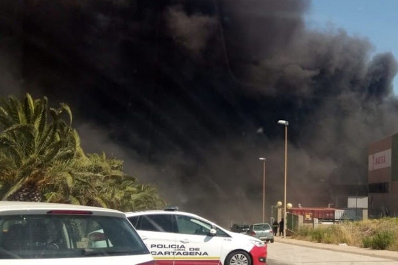 <span style='color:#780948'>ARCHIVED</span> - Fire in fruit and veg distributor causes huge column of smoke in Cartagena
