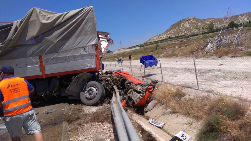 <span style='color:#780948'>ARCHIVED</span> - Accident involving three lorries closes off A-30 Cieza-Albacete