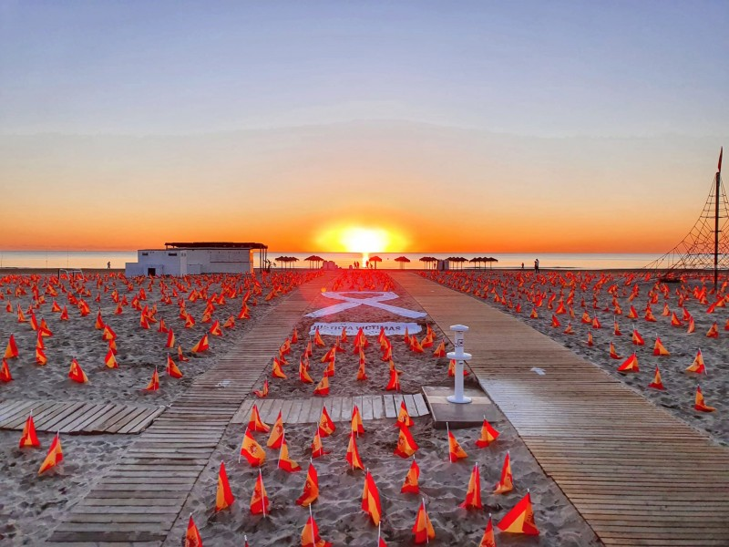 <span style='color:#780948'>ARCHIVED</span> - 53,000 flags on a Valencia beach to honour the victims of coronavirus in Spain