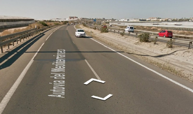 <span style='color:#780948'>ARCHIVED</span> - Sofa in the middle of the A-7 motorway causes accident in Almería