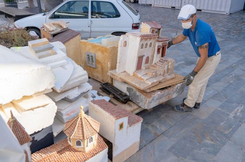 <span style='color:#780948'>ARCHIVED</span> - Cartagena Nativity scene being installed in Plaza San Francisco