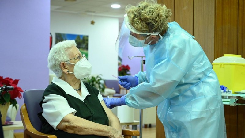 <span style='color:#780948'>ARCHIVED</span> - A ray of hope in Spain as the first Covid vaccines are administered