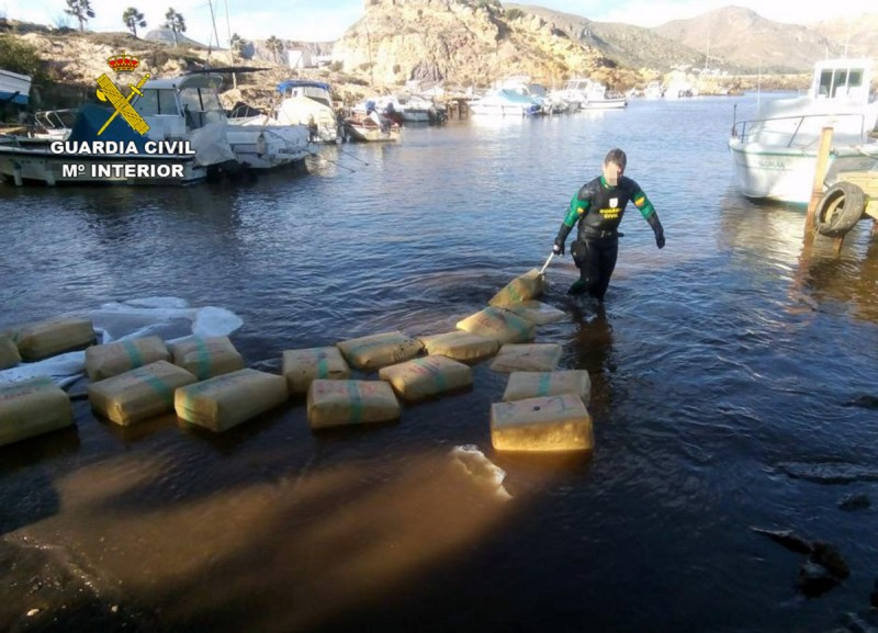 <span style='color:#780948'>ARCHIVED</span> - 3 tons of hashish found floating in the bay of Portmán