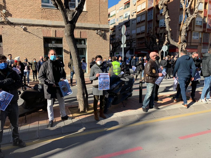 Hostelry sector ignores request from regional president and hundreds protest in Murcia