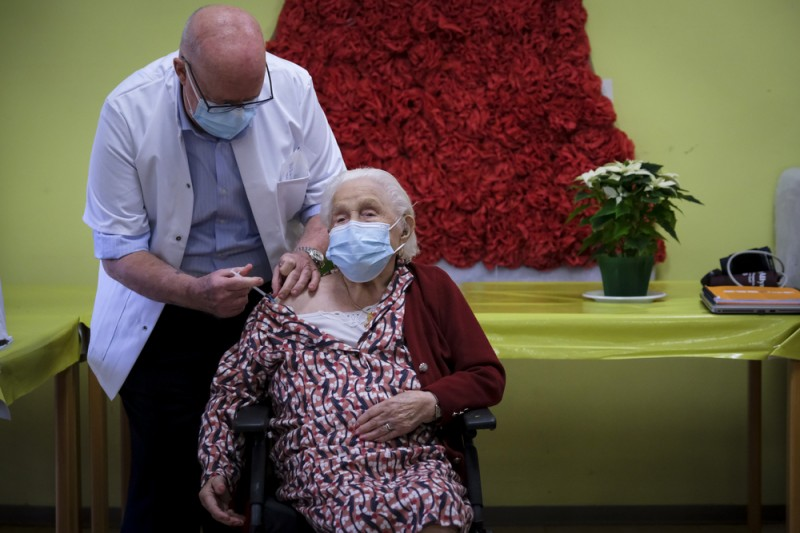 Spain began to administer second dose of Pfizer vaccine on Sunday