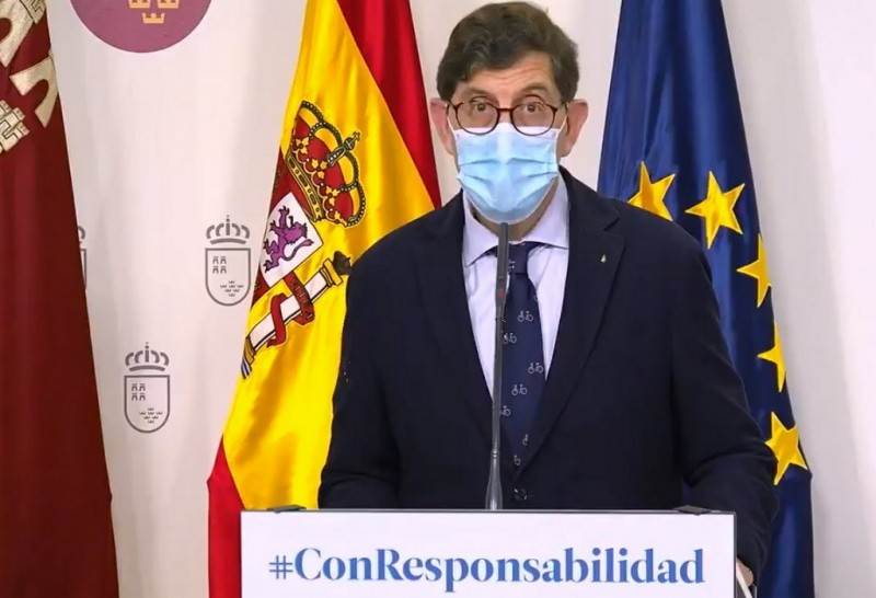 Murcian health minister faces harsh criticism for vaccinating himself and office-based health service staff
