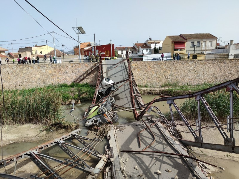 <span style='color:#780948'>ARCHIVED</span> - Collapse of bridge in Beniel leaves cement lorry in precarious situation