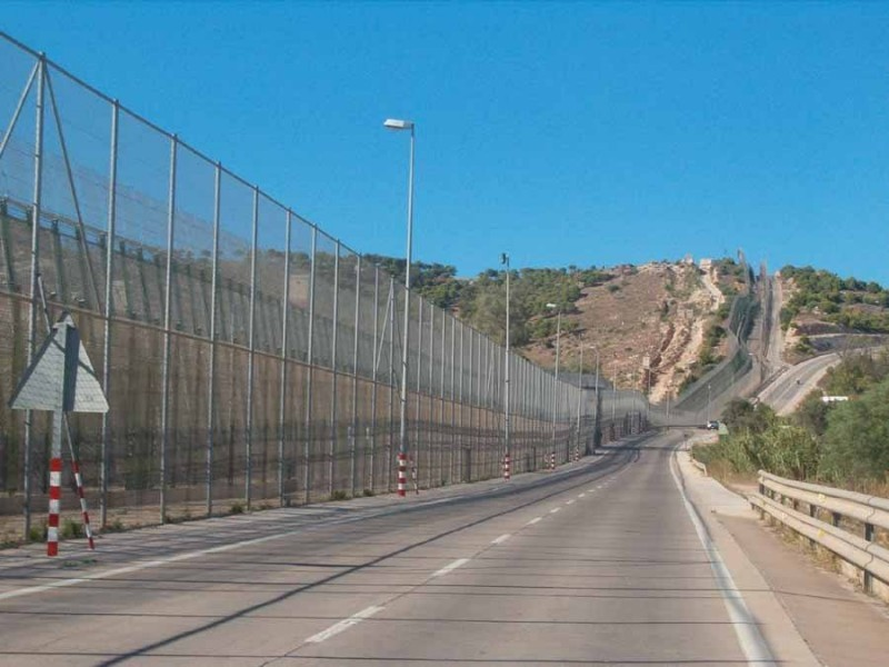 <span style='color:#780948'>ARCHIVED</span> - 18 migrants climb over border fence into Melilla as large group storms the structure