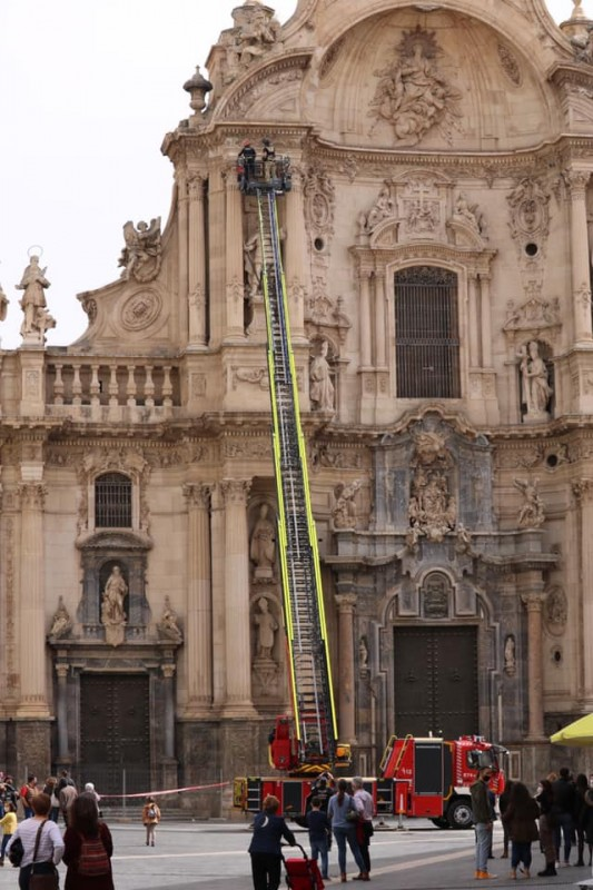 <span style='color:#780948'>ARCHIVED</span> - Firemen called in to deal with falling masonry from Murcia Cathedral