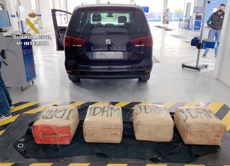<span style='color:#780948'>ARCHIVED</span> - Driver arrested for transporting 135 kilos of hashish on the A-7 motorway in south-west Murcia