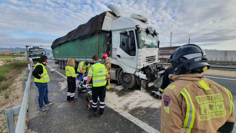 Lorry driver seriously injured in traffic accident on the A-30 near Fortuna