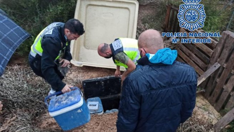 Elche police find 6 kilos of drugs buried in an underground pit on rural property