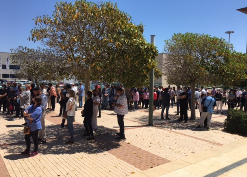 90-minute delays as large crowds form at Cartagena mass vaccination centre