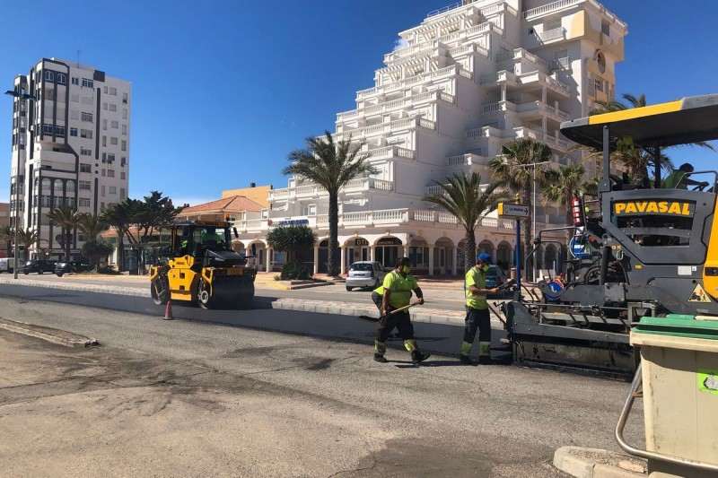 Cartagena council renewing the tarmac on Gran Vía of La Manga del Mar Menor