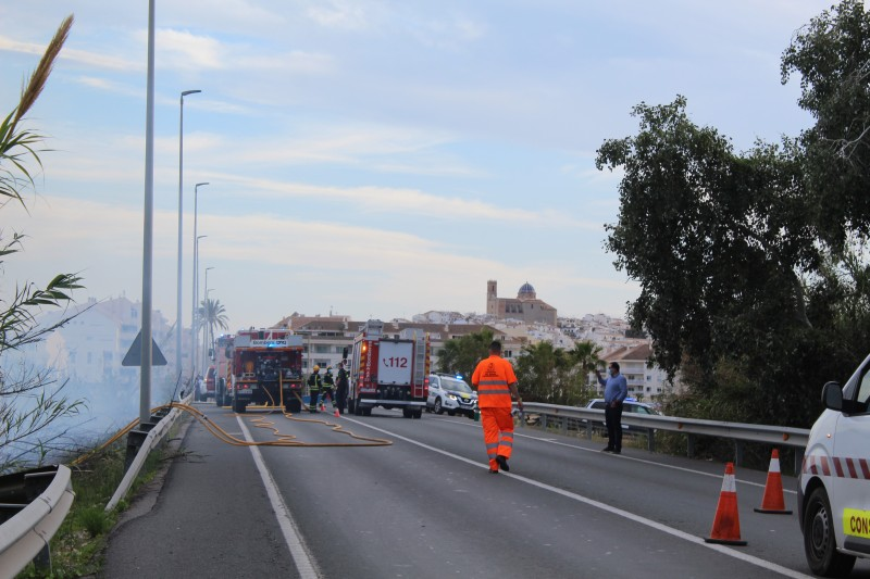<span style='color:#780948'>ARCHIVED</span> - Firefighters call in air support as shrubland catches fire alongside the main N-332 in Altea