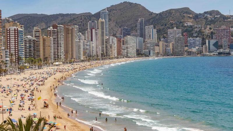 <span style='color:#780948'>ARCHIVED</span> - Benidorm prepares its beaches with Brits set to return from Monday