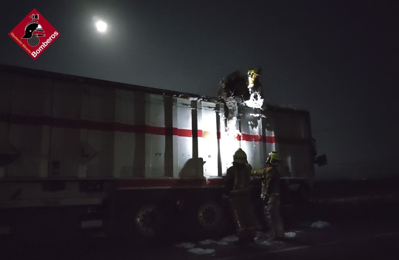 Lorry bursts into flames at Alicante service station in Villena