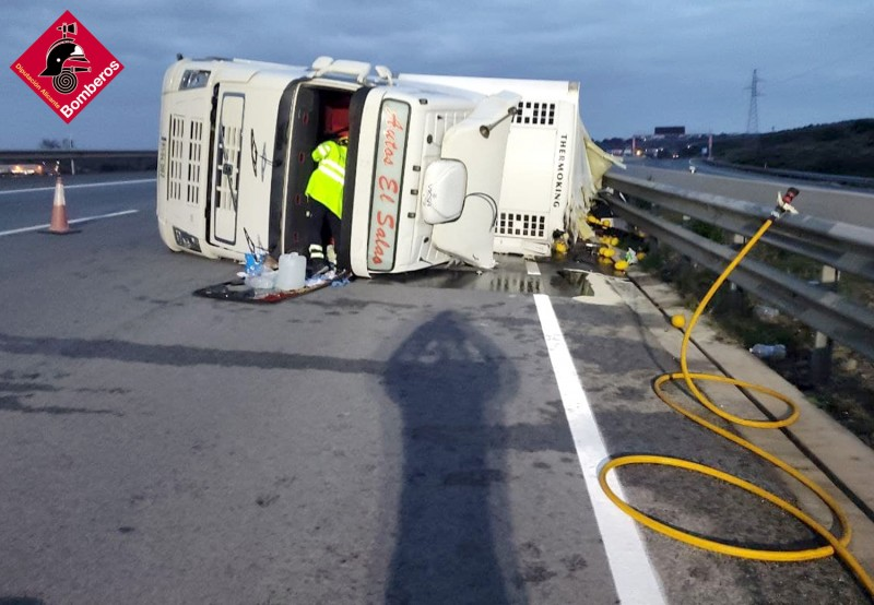 24 tonne lorry overturns and spills gallons of diesel on the A-7 at Elche