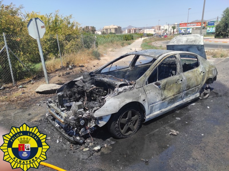 <span style='color:#780948'>ARCHIVED</span> - Car overheats in high temperatures and bursts into flames in Albatera