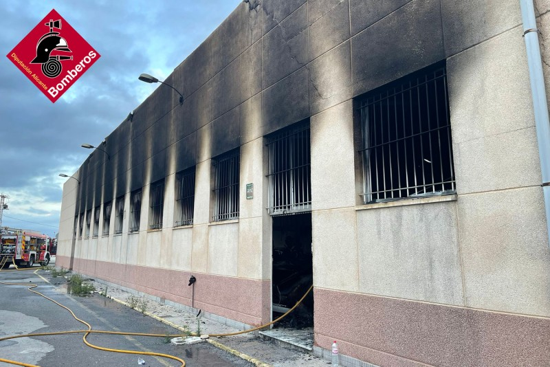 <span style='color:#780948'>ARCHIVED</span> - Firefighters battle blaze at Elche footwear factory for six hours
