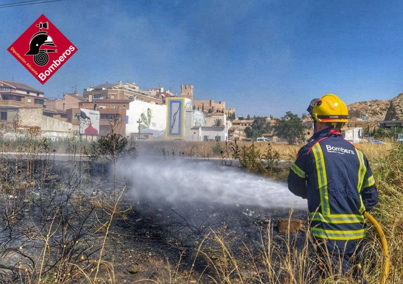 <span style='color:#780948'>ARCHIVED</span> - Firefighters extinguish small blaze in Villena