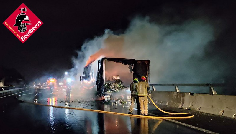 <span style='color:#780948'>ARCHIVED</span> - Lorry bursts into flames on A-7 in Elche