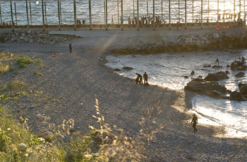<span style='color:#780948'>ARCHIVED</span> - Guardia Civil officer injured in migrant assault on Ceuta border fence