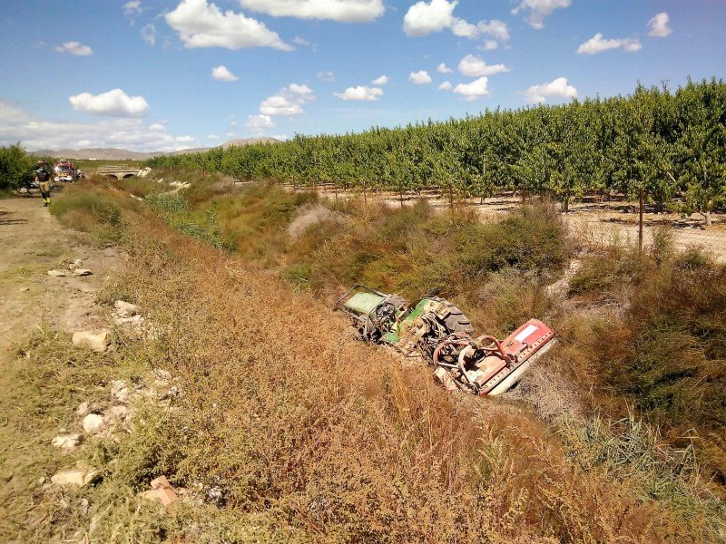 <span style='color:#780948'>ARCHIVED</span> - Driver seriously injured as tractor rolls down embankment in Cieza