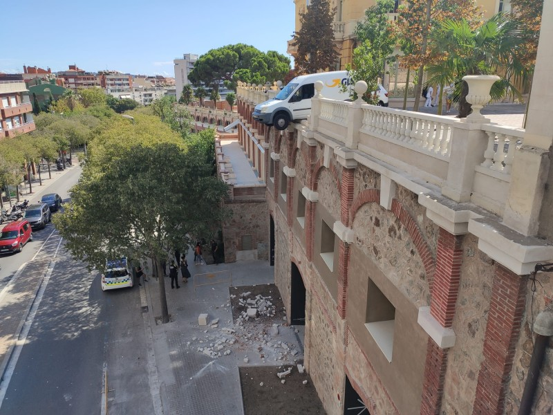 <span style='color:#780948'>ARCHIVED</span> - Van hangs two storeys off the ground in Barcelona
