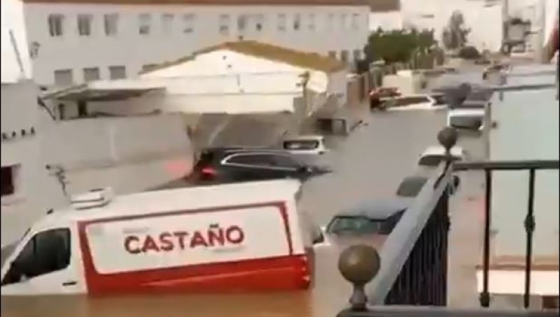 <span style='color:#780948'>ARCHIVED</span> - Video captured: the incredible moment wall falls on cars in Huelva floods
