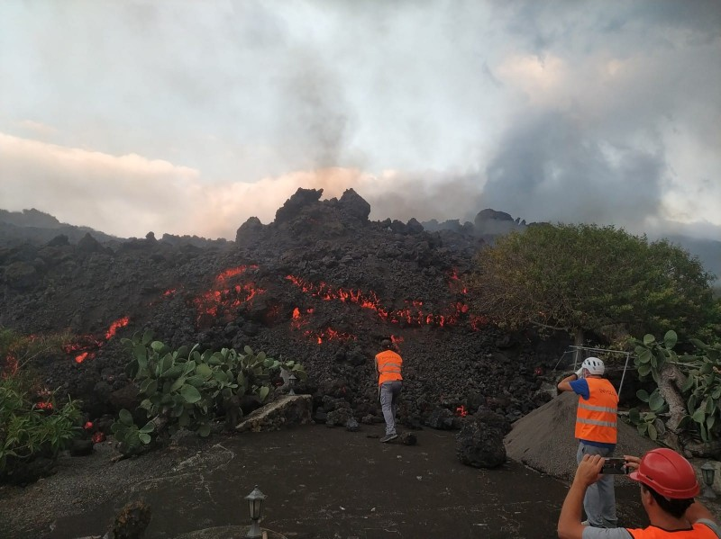 <span style='color:#780948'>ARCHIVED</span> - Volcano tourists cause major disruption on La Palma