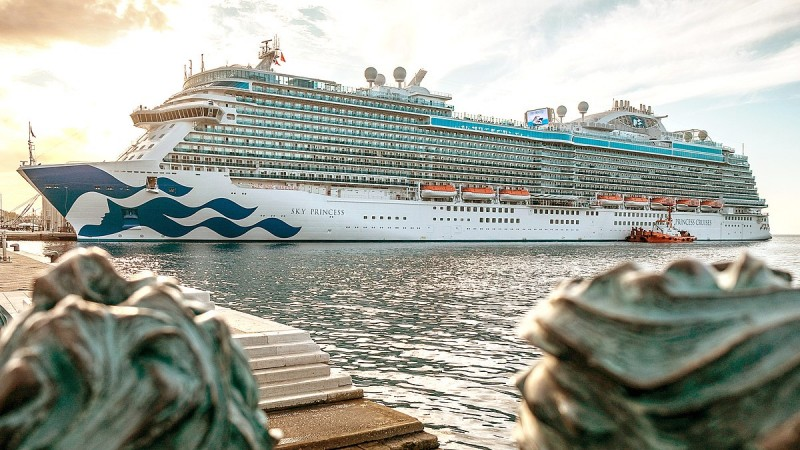 Tourist-filled cruise ship spots dead body off Aguilas coast