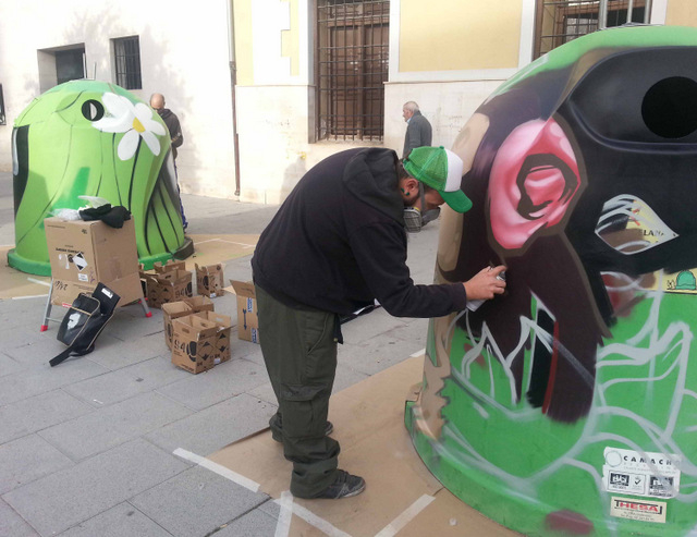 <span style='color:#780948'>ARCHIVED</span> - Caravaca council graffiti artists aim to promote glass recycling