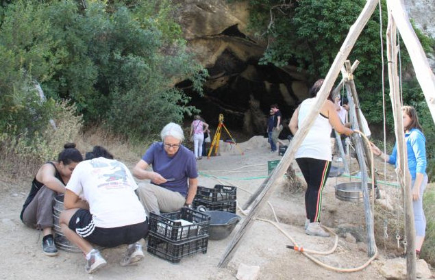 <span style='color:#780948'>ARCHIVED</span> - British students at the 2016 archaeological dig at Cueva Negra in Caravaca