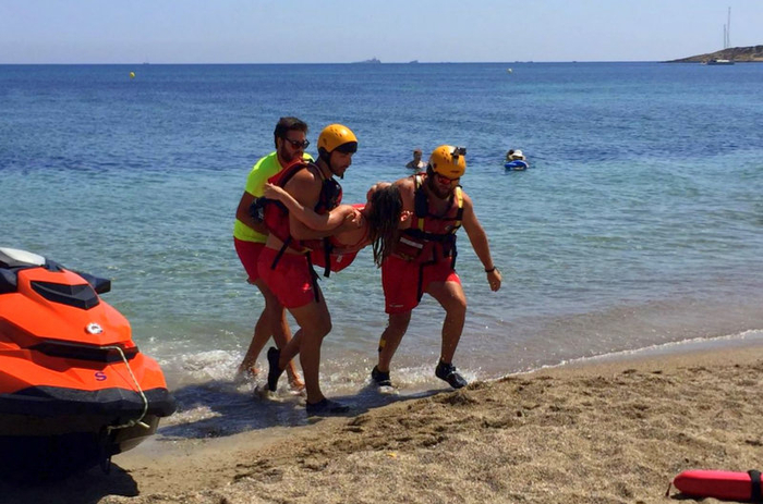 <span style='color:#780948'>ARCHIVED</span> - Lifeguard drill impresses bathers at the Playa de Levante in Cabo de Palos