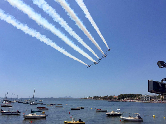 <span style='color:#780948'>ARCHIVED</span> - Stunt pilot sends marriage proposal from on high in Santiago de la Ribera