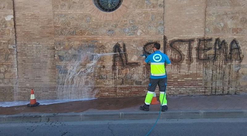 5 hours of work and 10 kilos of paint stripper to remove graffiti from Murcia church