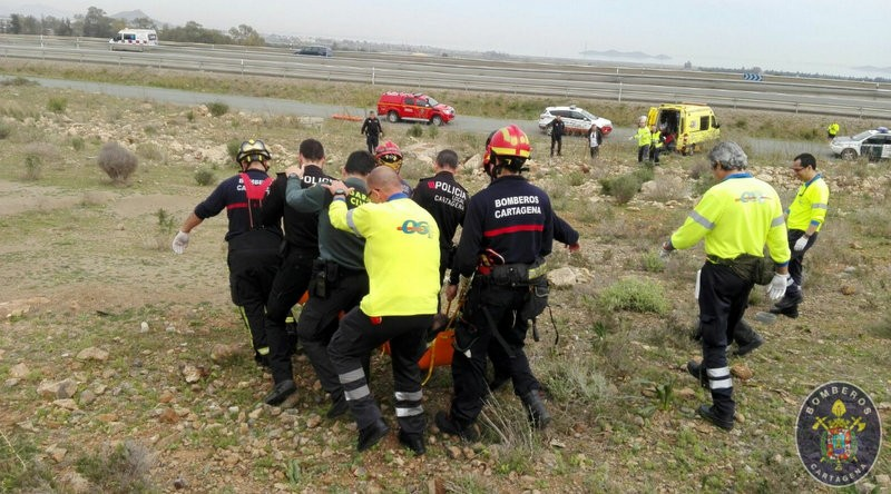 <span style='color:#780948'>ARCHIVED</span> - Cartagena firemen rescue injured walker in San Gines