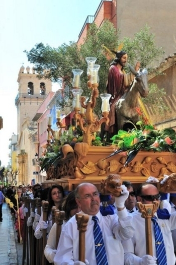 <span style='color:#780948'>ARCHIVED</span> - Palm Sunday Totana procession of the palms