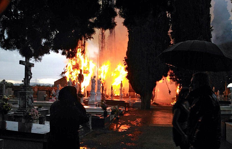 <span style='color:#780948'>ARCHIVED</span> - Horror-film scenes at Leon cemetery fire